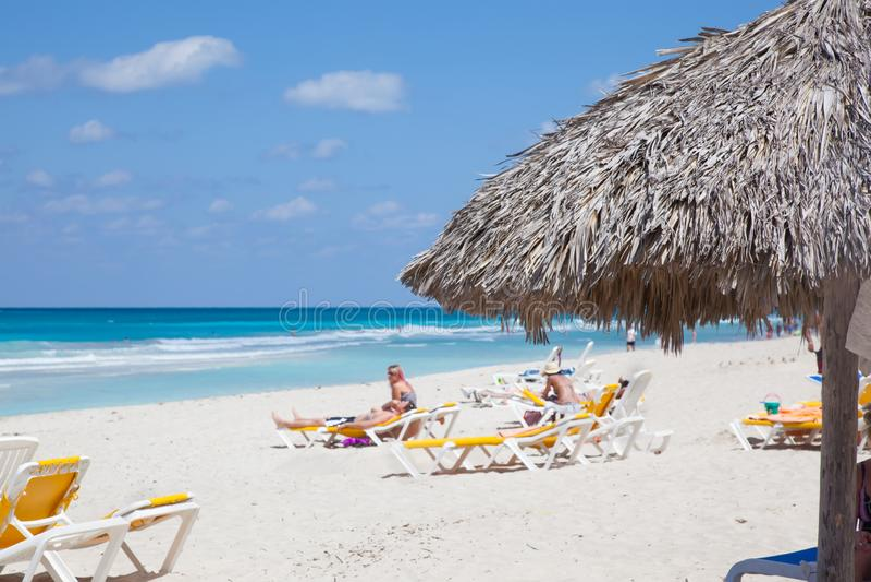 Erholungsort-Varadero-Strand in Kuba Blauer Ozean und Leute stockbild