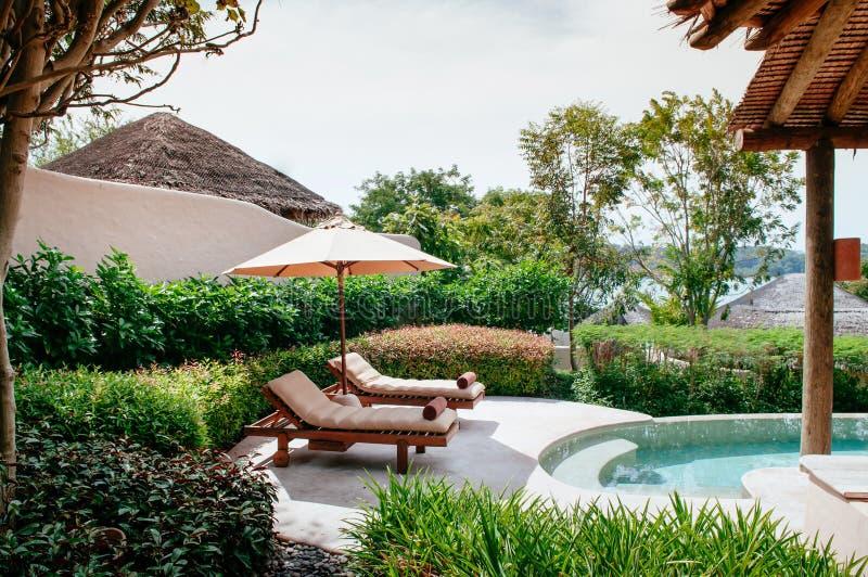 Erholungsortlandhaus-Unendlichkeitspool der Ferien tropisches, Strandbett in Phuke lizenzfreies stockbild