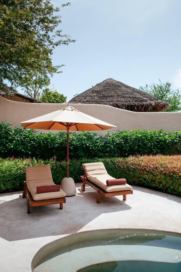 Erholungsortlandhaus-Unendlichkeitspool der Ferien tropisches, Strandbett in Phuke stockbilder
