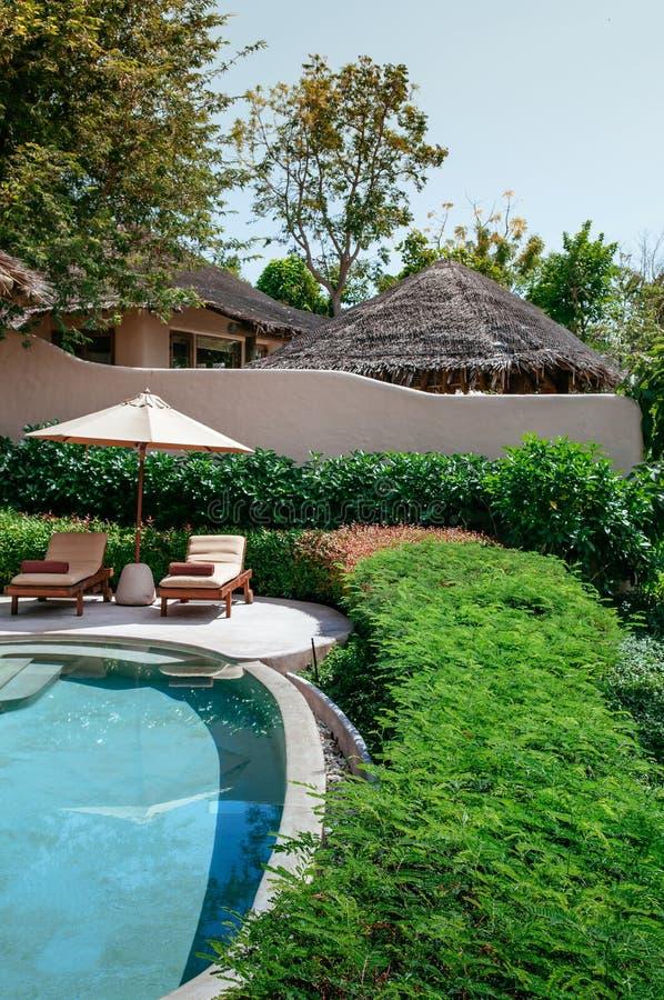 Erholungsortlandhaus-Unendlichkeitspool der Ferien tropisches, Strandbett in Phuke lizenzfreies stockfoto