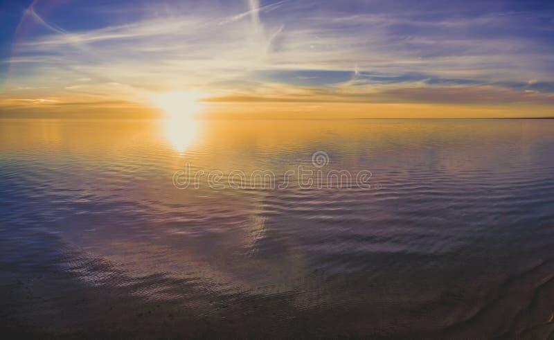 Erial panorama för Ð- av solen som ställer in över havet arkivfoton