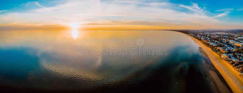 Erial panorama för Ð- av solen som ställer in över slätt vatten royaltyfri foto