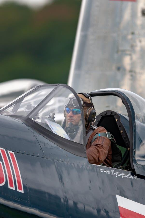 Eric Goujon en la carlinga de los aviones del corsario de Vought F4U-4 de la colección de los toros que vuela fotografía de archivo libre de regalías