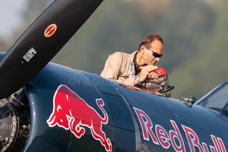Eric Goujon reaprovisiona los aviones del corsario de combustible de Vought F4U-4 de la colección de los toros que vuela foto de archivo libre de regalías