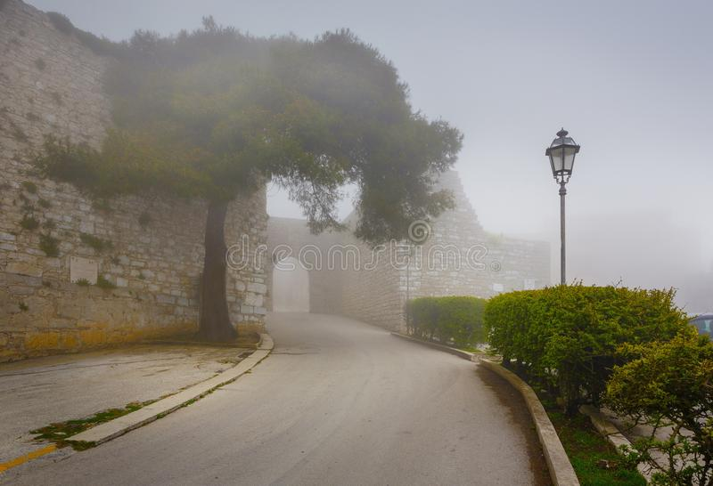 Erice au brouillard, province de Trapani, Sicile, Sicilia, Italie photographie stock