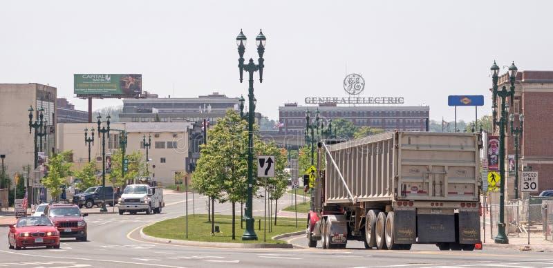 Erie-Boulevard und LKW und Selbstverkehr, die in Richtung zu General Electric Süd schaut stockbilder