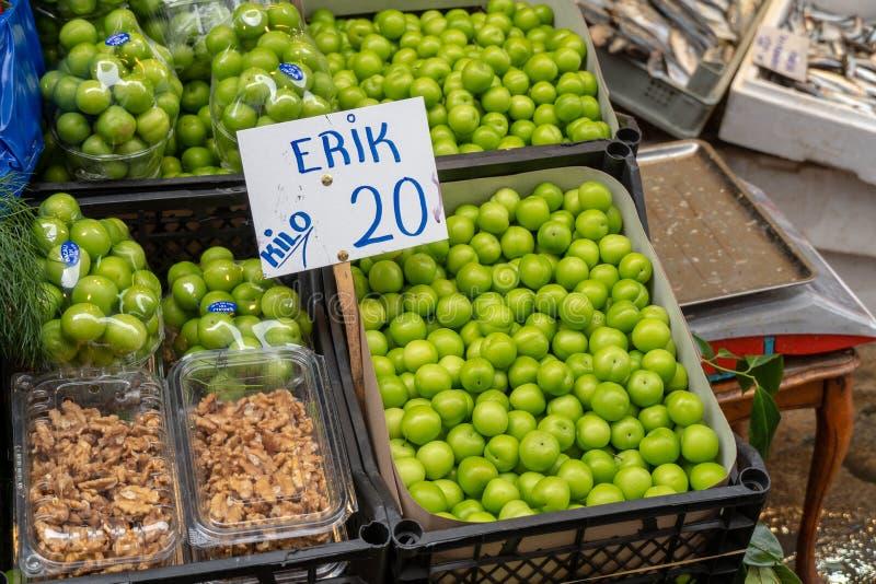 Erik un ciruelo inmaduro de la fruta turca imágenes de archivo libres de regalías
