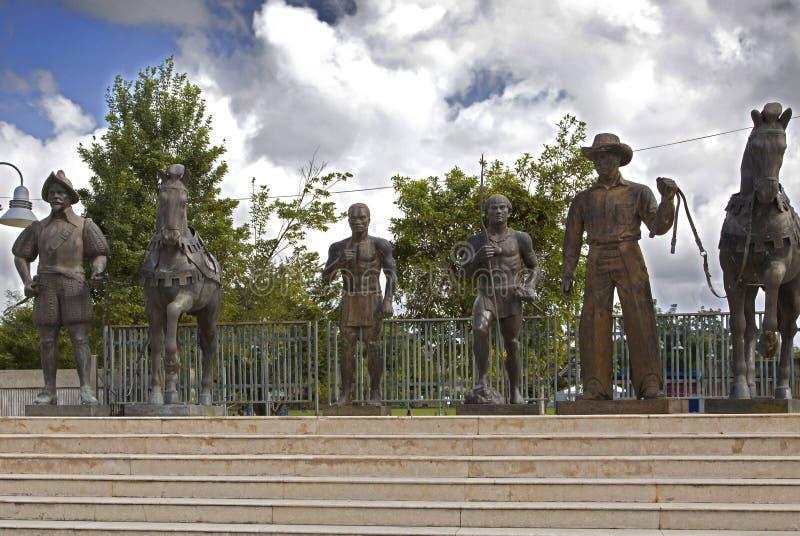 Erinnerungsstatuen des Konquistadors, des Afrikaners, des Taino und des Jibaro Bayamon Puerto Rico lizenzfreies stockbild