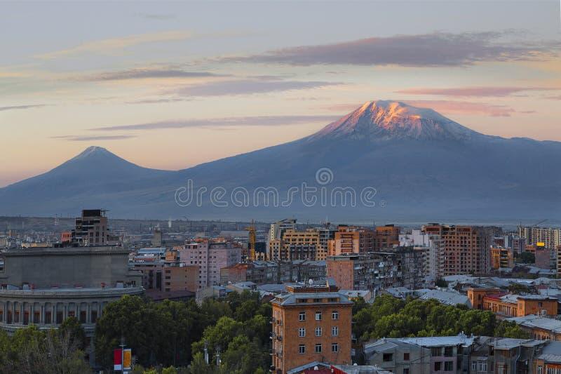 Eriwan, Hauptstadt von Armenien bei dem Sonnenaufgang mit den zwei Spitzen des Ararats auf dem Hintergrund lizenzfreie stockfotografie