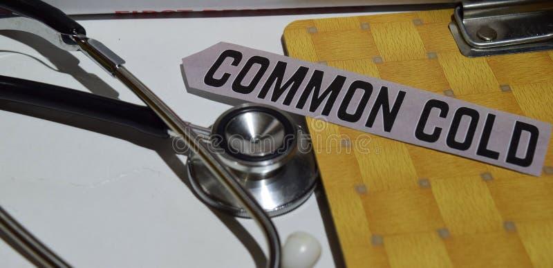 Erkältung auf dem Druckpapier mit medizinischem und Gesundheitswesen-Konzept lizenzfreies stockbild