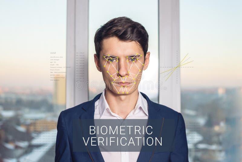 Erkännande av den manliga framsidan Biometric verifikation och ID fotografering för bildbyråer