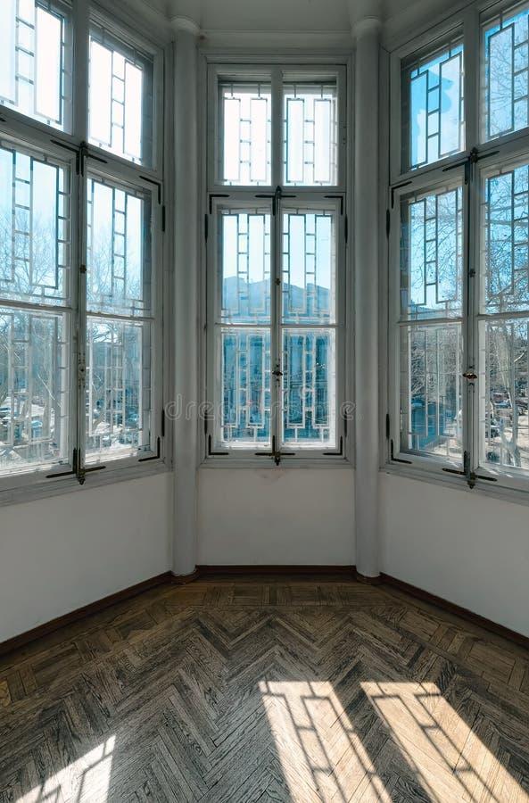 Erkerfenster mit Stadtansicht stockfoto