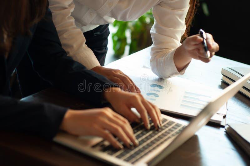 Erklärender Geschäfts-Unterricht stockbilder