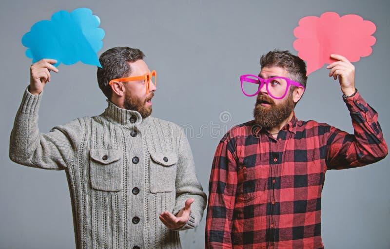 Erkl?ren Sie Stimmungskonzept Lustige Geschichte und Stimmung Komische Idee Mannscherzen Anteilmeinungsspracheblasenkopienraum Ko stockbilder