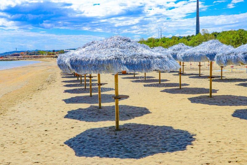 Erkunden Sie die Ostküste um Pescara, Italien mit goldenen Stränden und Ti-Sonnenschirmen lizenzfreie stockfotos