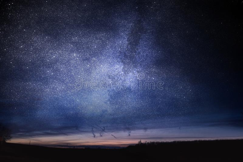 Erläuterter nächtlicher Himmel an der Dämmerung Astrologie- und Astronomiekonzept lizenzfreie stockfotos