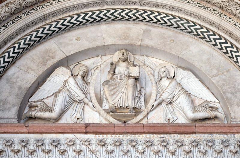Erlöser gehalten durch zwei Engel stockbilder
