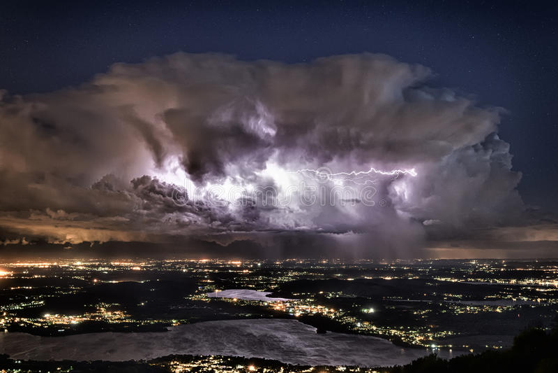 Erleichtern über der Provinz von Varese in einer Sommernacht stockbilder