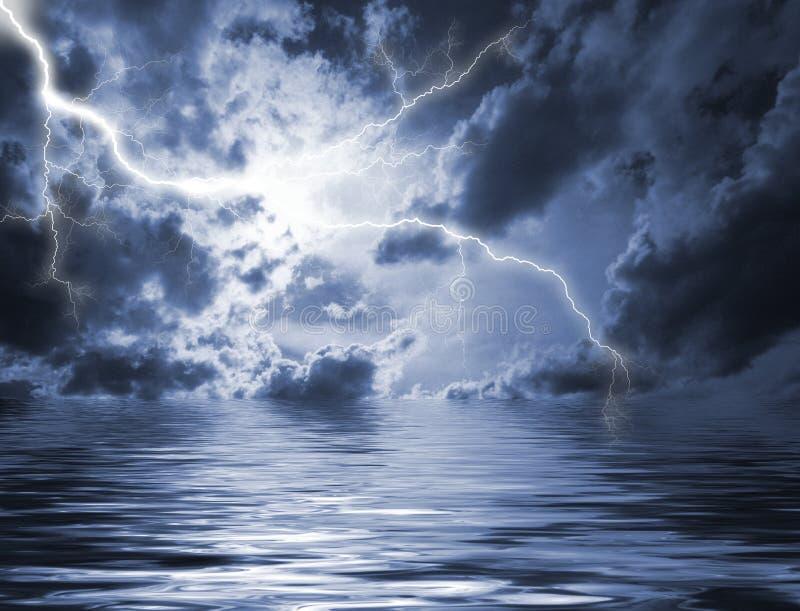 Erleichtern im schweren Himmel stockfotografie