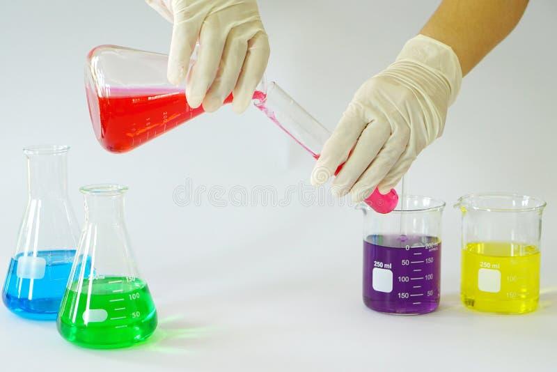 Erlenmeyer εργαστηριακού γυαλιού κωνική φιάλη, κούπα και σωλήνας δοκιμής που γεμίζουν με το χημικό υγρό στοκ εικόνες
