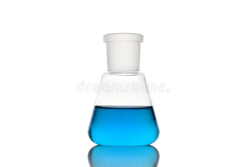Erlenmeyer flaska med blå flytande på vit bakgrund royaltyfria bilder