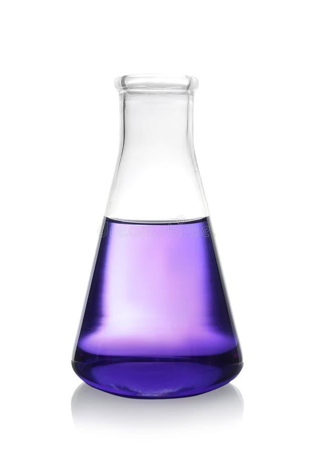Erlenmeyer flaska med färgflytande som isoleras på vit arkivbild