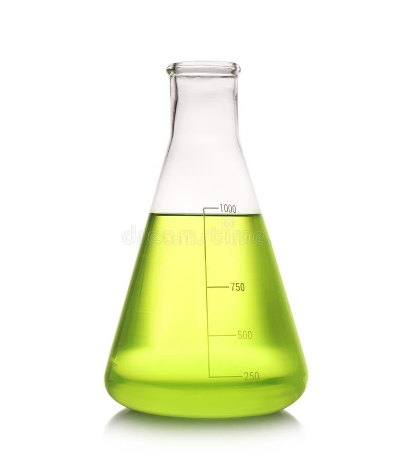 Erlenmeyer flaska med färgflytande som isoleras på vit royaltyfri fotografi