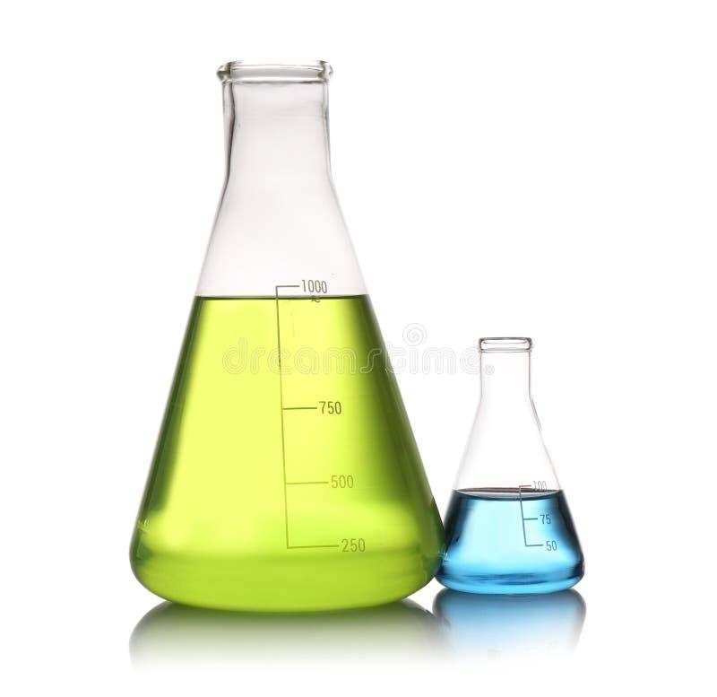 Erlenmeyer flaskor med färgflytande som isoleras på L?sningskemi royaltyfria foton