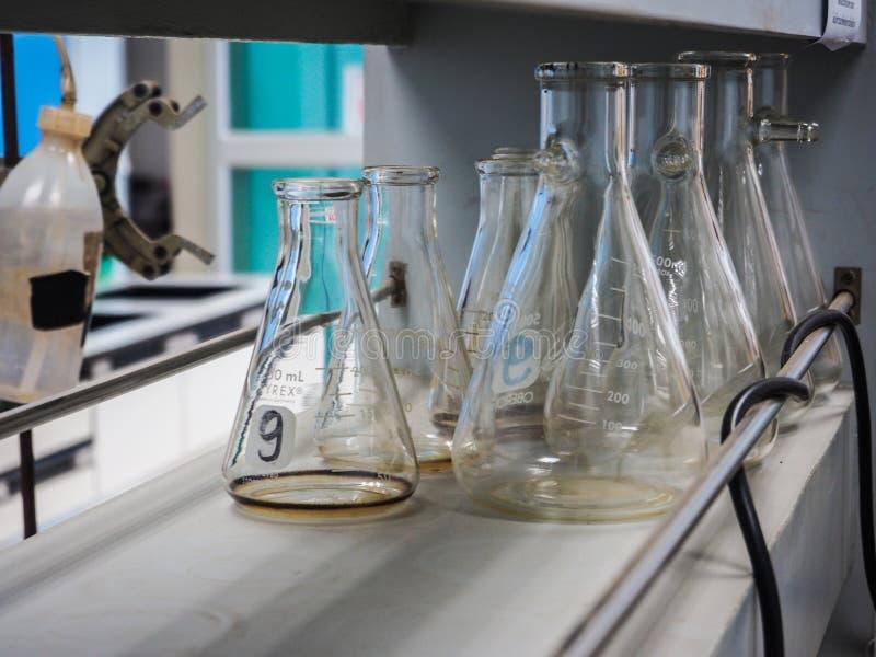 Erlenmeyer kolby w chemii laboratorium zdjęcia stock