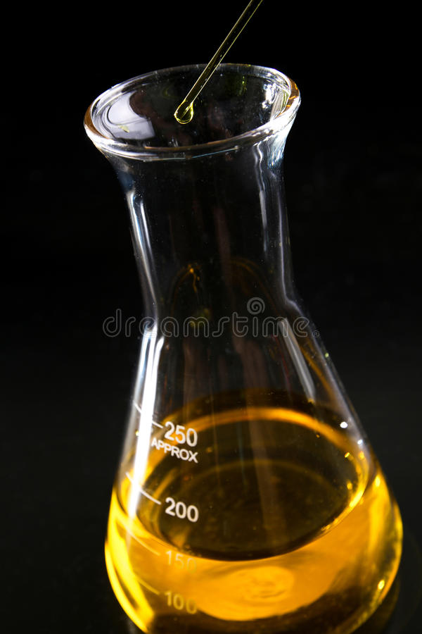Erlenmeyerkolben füllte mit gelber Chemikalie - Reihe 3 lizenzfreies stockbild