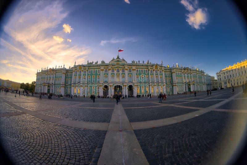 Ermita del palacio del invierno, St Petersburg, Rusia Lente de ojo de pescados que crea una visión granangular estupenda fotos de archivo libres de regalías