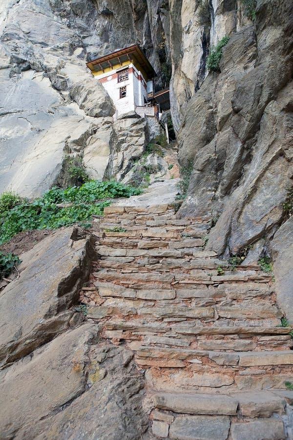 Ermita en el complejo de la jerarquía del tigre, Paro, Bhután imagenes de archivo