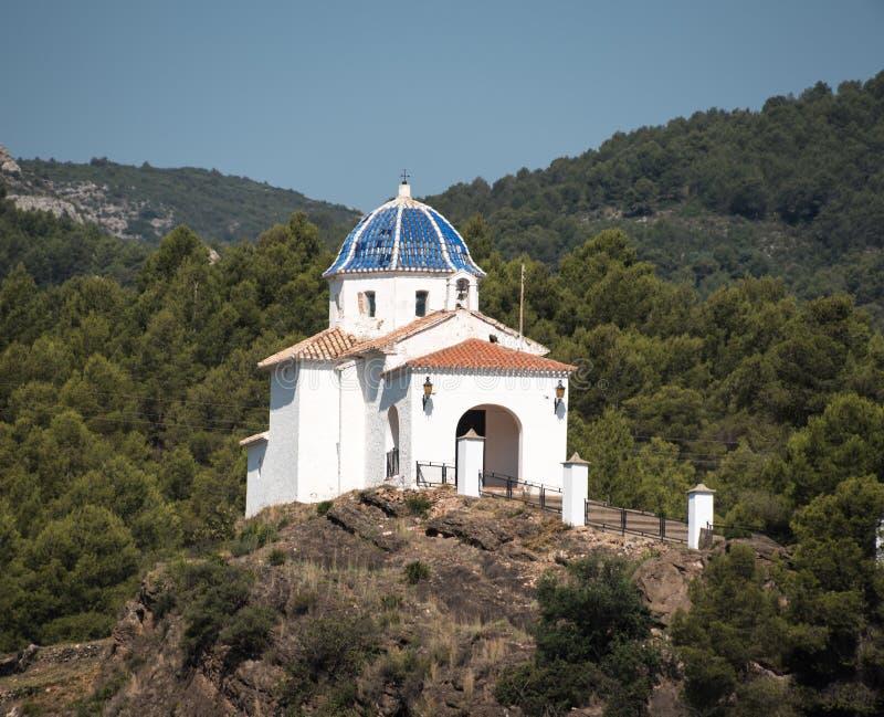 Ermitage blanc sur la montagne photographie stock