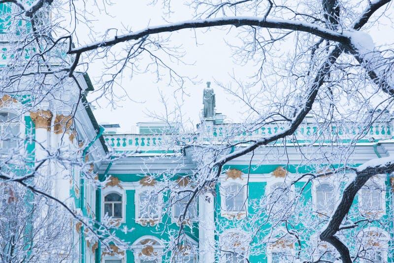 Ermitage par les arbres photographie stock libre de droits