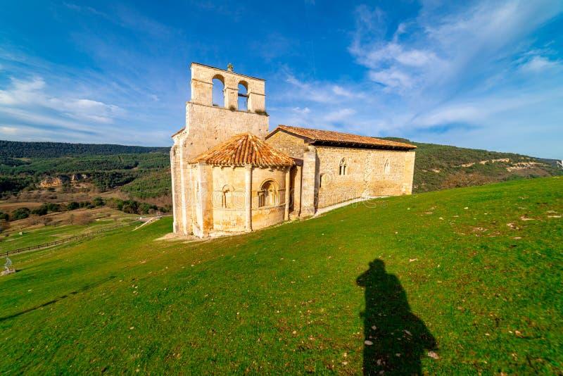 Ermitage roman de San Pantaleon de Losa, de la légende du Saint Graal, en Espagne images libres de droits