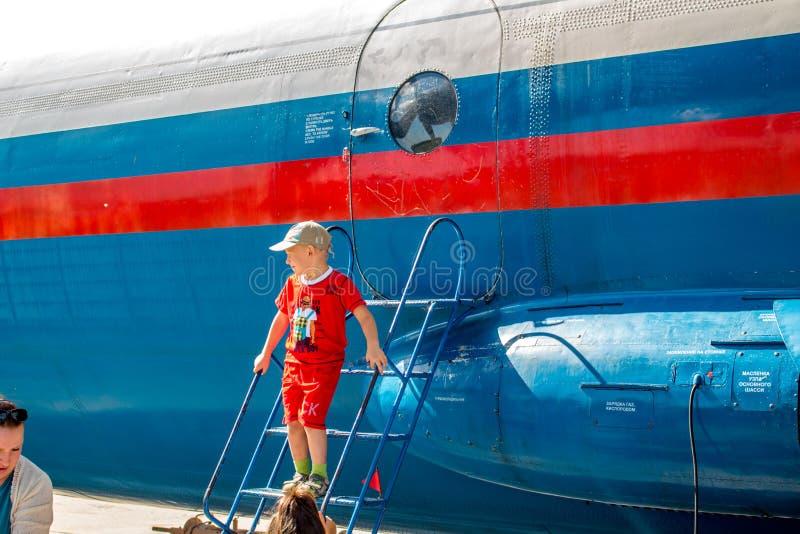 Ermolino, Ρωσία - 15 Αυγούστου 2015: Ανοικτή ημέρα στην αεροπορική βάση σε Ermolino Ρωσικό turboprop αεροπλάνο Antonov ένας-12 στοκ εικόνα με δικαίωμα ελεύθερης χρήσης