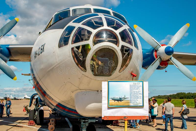 Ermolino, Rússia - 15 de agosto de 2015: Dia aberto na base aérea em Ermolino Avião Antonov An-12 da turboélice do russo fotografia de stock royalty free