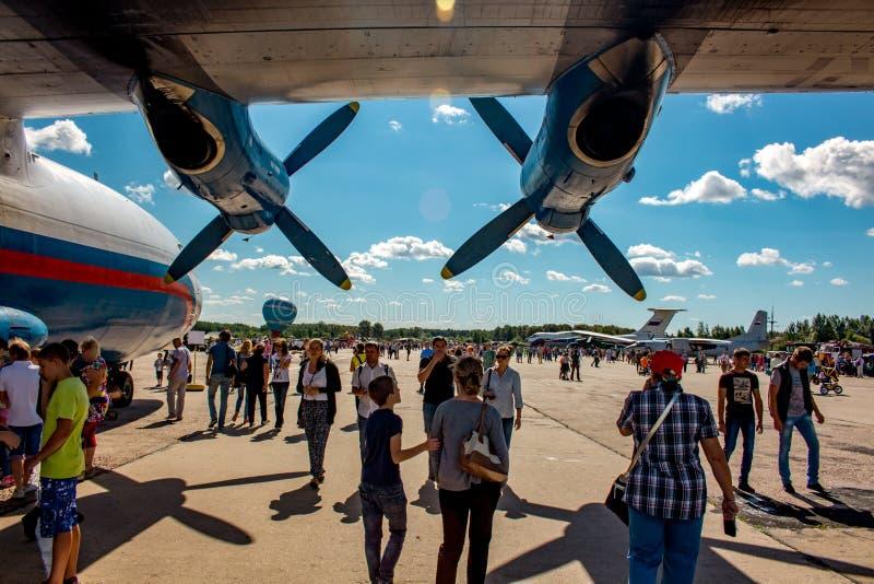 Ermolino, Rusland - Augustus 15, 2015: Open Dag bij de luchtmachtbasis in Ermolino Russisch schroefturbinevliegtuig Antonov een-1 stock afbeelding