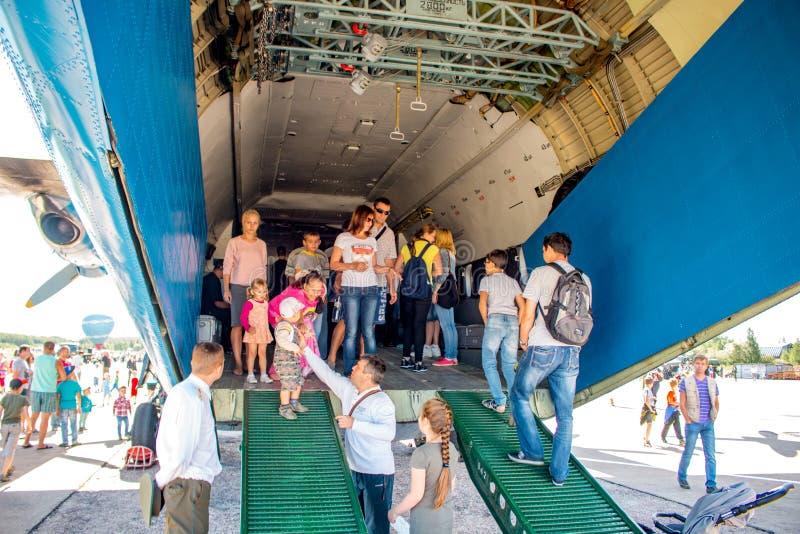 Ermolino, Rusland - Augustus 15, 2015: Open Dag bij de luchtmachtbasis in Ermolino Russisch schroefturbinevliegtuig Antonov een-1 stock foto's