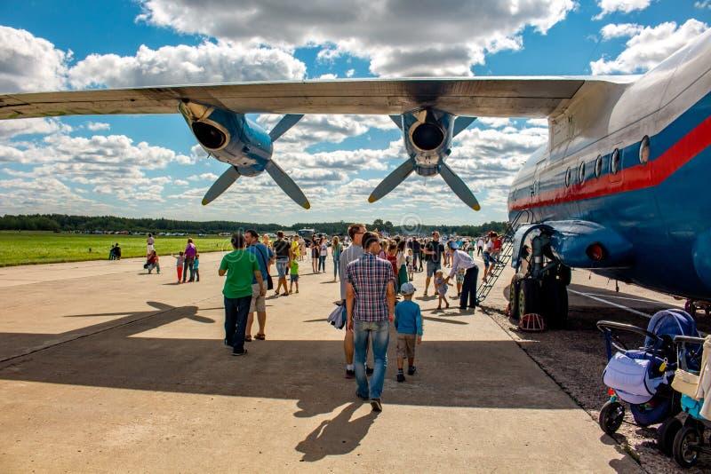 Ermolino, Rusland - Augustus 15, 2015: Open Dag bij de luchtmachtbasis in Ermolino Russisch schroefturbinevliegtuig Antonov een-1 royalty-vrije stock foto's