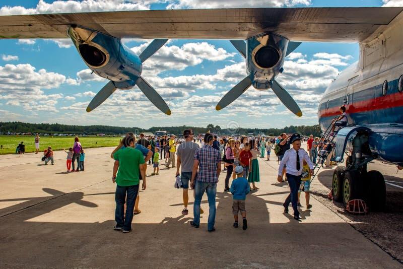 Ermolino, Rusland - Augustus 15, 2015: Open Dag bij de luchtmachtbasis in Ermolino Russisch schroefturbinevliegtuig Antonov een-1 royalty-vrije stock foto