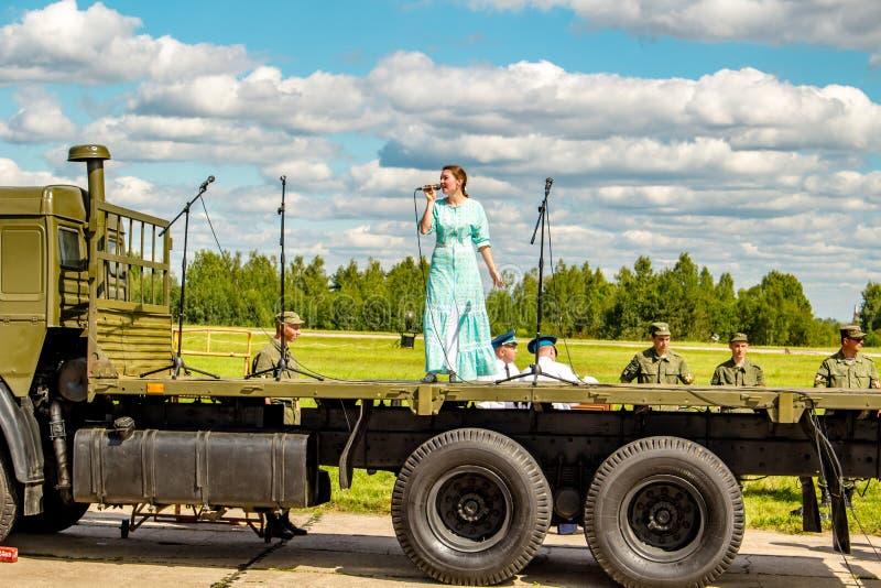Ermolino, Rusland - Augustus 15, 2015: Open Dag bij de luchtmachtbasis in Ermolino Vocale prestaties stock afbeeldingen