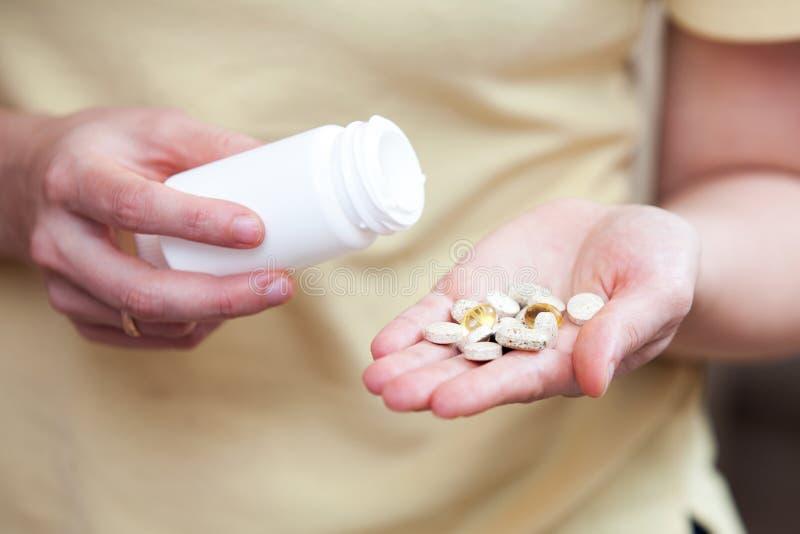 Ernährungsergänzungen in der Palme Ihrer Hand stockfotografie