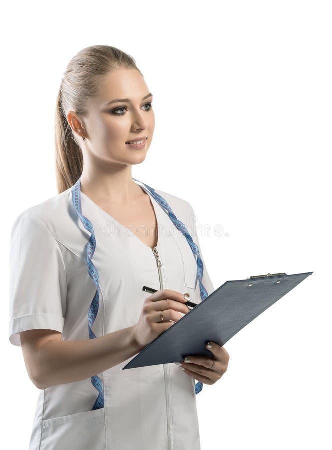 Ernährungswissenschaftler in der weißen Uniform mit Stift und Ordner lizenzfreie stockfotografie