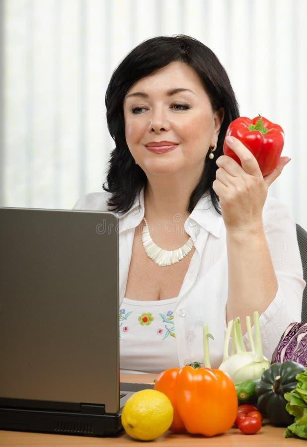 Ernährungswissenschaftler mit rotem grünem Pfeffer stockfoto