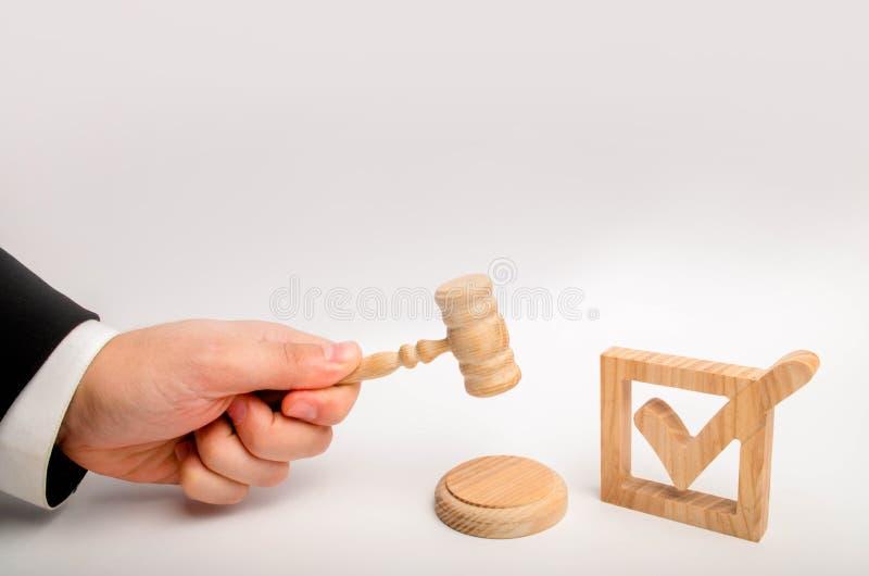 Ernennung eines Richters, Wahl zu einem Bundesverfassungsgericht Steuerung über den Regierungswahlen Ein hölzernes Prüfzeichen un lizenzfreie stockbilder