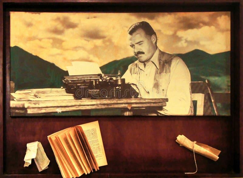 Ernest Hemingway mit seiner Schreibmaschine und alten Buch lizenzfreie stockbilder