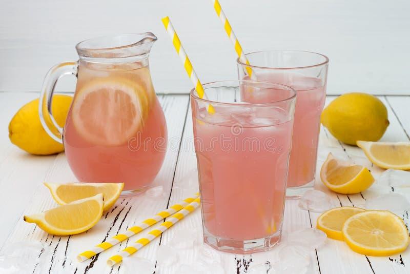 Erneuernde rosa Limonade auf hölzernem Hintergrund der weißen alten Weinlese stockbilder