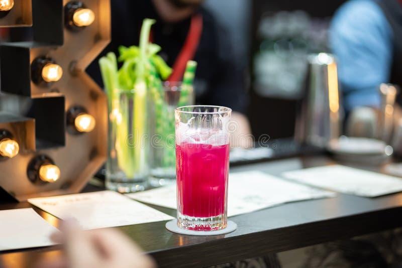 Erneuerndes kaltes rosa Cocktail in einem hohen Glas stockfotos
