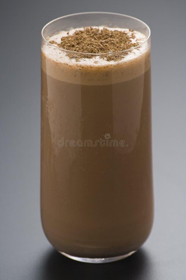 Erneuernschokoladenerschütterung mit Schokolade Birutes lizenzfreie stockfotos